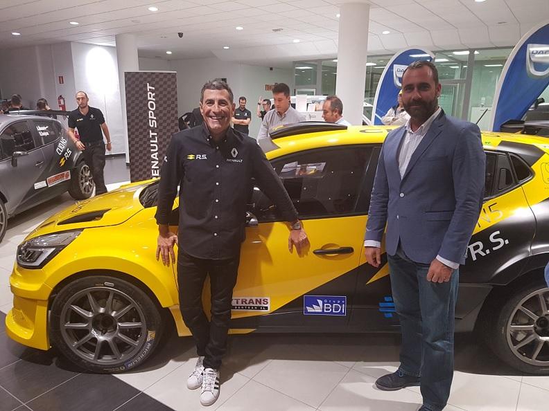 Miguel Fuster y Julio Rodríguez, director general de Grupo BDI, posan junto al coche del piloto alicantino